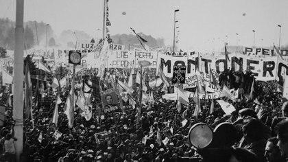"""1º de Mayo de 1974, el presidente Juan Domingo Perón expulsó a Montoneros de la Plaza de Mayo al tratarlos de """"estúpidos que gritan"""". Lo expresó ante una multitud que aclamaba a su líder, en respuesta a sus cánticos: ¡Qué pasa, qué pasa, qué pasa, General, que está lleno de gorilas el gobierno popular!""""."""