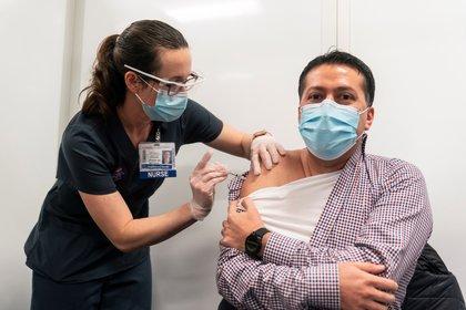 Un hombre recibe la vacuna en EEUU. EFE/Stephen Brashear/Archivo