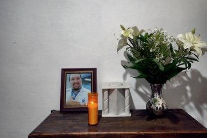 Las cenizas y el retrato del fallecido médico mexicano Diego Gutiérrez.
