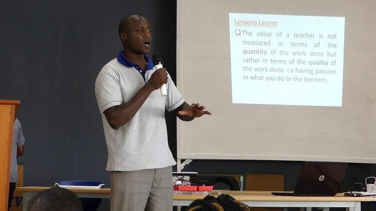 Tabichi es profesor de ciencias y matemática