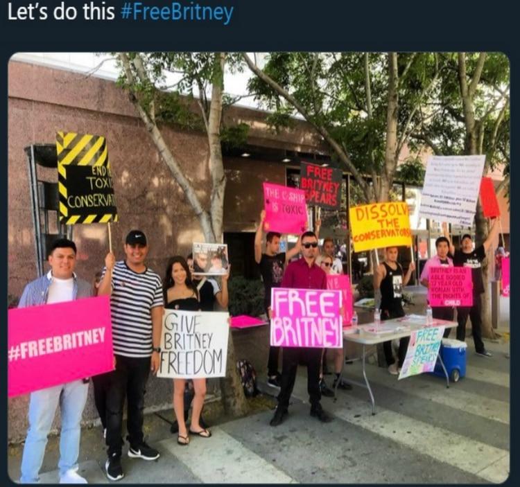 Los fans se reunieron afuera del juzgado en donde se llevó la audiencia el miércoles pasado (Foto: Twitter)