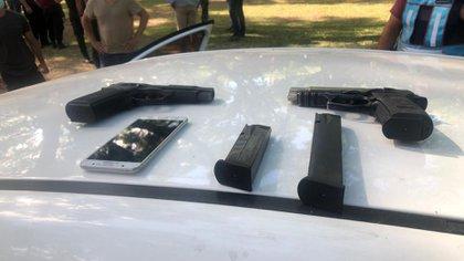 Otra imagen de las armas de fuego y teléfonos móviles secuestrados tras el enfrentamiento