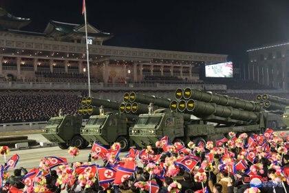 Diversos cohetes y vehículos militares desfilaron en Pyongyang tras un Congreso del Partido gobernante que no se realizaba hacía cinco años  (KCNA via REUTERS)