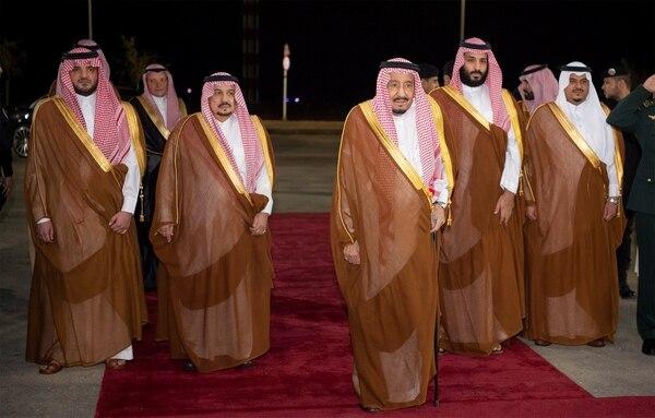 El reySalman (centro)y el príncipe heredero Mohamed, a su derecha.(Bandar Algaloud/Corte saudí/Reuters)