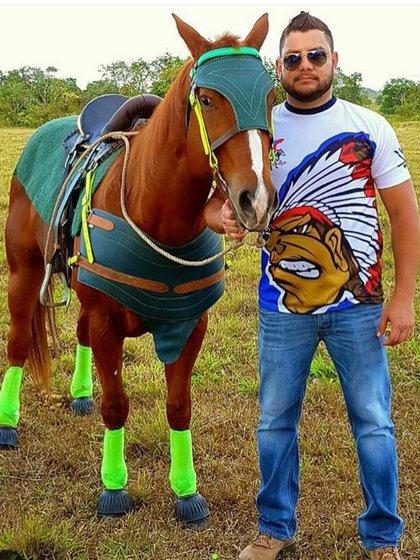 El capitán Antonio Sequea con uno de los costosos caballos de su propiedad