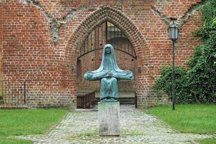 """Copia de bronce ampliada de la escultura de Ernst Barlach """"La Piedad"""" de 1932. La copia de Hans-Peter Jaeger fue erigida en 1988 en el 50 aniversario de la muerte de Barlach en Stralsund (Shutterstock.com)"""