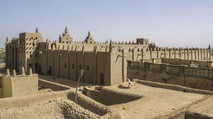 La Gran Mezquita de Djenné es el mayor edificio sagrado hecho de barro del mundo, y también el mayor hecho de este material de una sola pieza (Shutterstock)