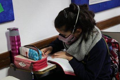 Fotografía fechada el 2 de julio de 2020 que muestra una estudiante del Colegio Español Cervantes en Uruguay durante el retorno de las clases presenciales en Montevideo (Uruguay). EFE/ Raúl Martínez