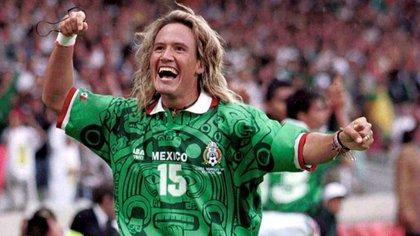 Luis Hernández, delantero de México.- El jersey con diseño precolombino es considerada como una de las más vistosas en la historia de la Selección (Foto: Especial)