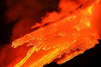 El cráter sureste, el más activo de los cuatro con los que cuenta el volcán, sigue siendo el gran protagonista (REUTERS/Antonio Parrinello)