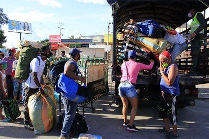 Ciudadanos venezolanos que quieren cruzar a su país son trasladados desde el Puente Simón Bolívar hasta el Puente de Tienditas, donde permanecerán en un refugio, en Cúcuta (Colombia). EFE/ Alex Pérez/Archivo