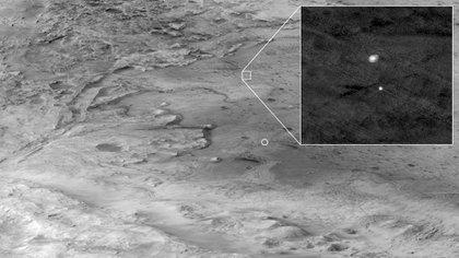 """""""Cada foto cuenta una historia. Esta me capta en el aire, flotando sobre Marte mientras cuelgo de mi paracaídas durante el final. Tomada por la cámara HiRISE del Mars Reconnaissance Orbiter, el caballo de batalla de la NASA desde hace mucho tiempo, y mi compañero por encima"""", describió un tuit de la misión (NASA)"""