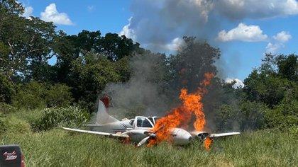También fue incautada una avioneta. Aquí prendida fuego
