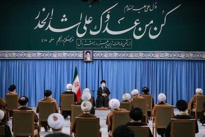 El líder supremo Ali Khamenei aseguró que Irán no cumplirá sus compromisos nucleares hasta que EEUU levante las sanciones contra Teherán (Official Khamenei Website/Handout via REUTERS)