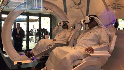 """Invitados probando la experiencia de realidad virtual de """"Mars 2117"""" en la Cumbre de Gobierno Mundial en Dubai"""