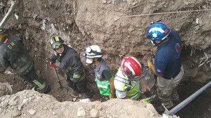 Los trabajadores realizan una excavación cuando se les vino una enorme cantidad de talud encima (Foto: Twitter/SGIRPC_CDMX)