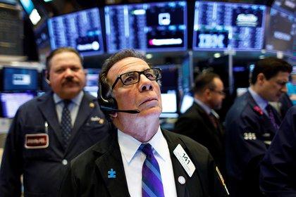 Agentes de bolsa trabajan en la Bolsa de Nueva York: desde 2018 que Argentina no puede emitir deuda pública en los mercados internacionales (EFE/Justin Lane/Archivo)