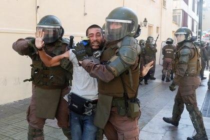 El general Enrique Bassaletti explicó posteriormente a los medios que algunos periodistas detenidos no llevaban sus credenciales de prensa, algo que los profesionales desmintieron (REUTERS/Rodrigo Garrido)