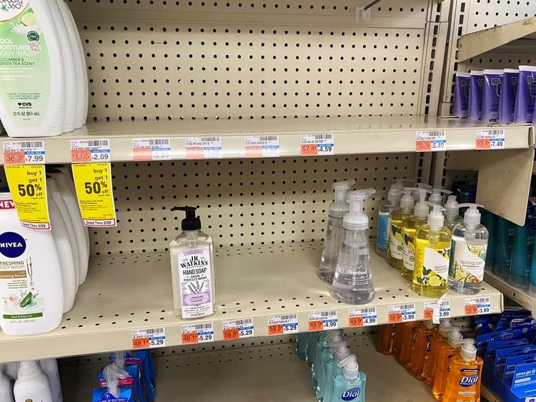 Los estantes de una farmacia CVS están despojados de desinfectante para manos en medio de nuevos temores de coronavirus en Nueva York, Estados Unidos (REUTERS / Catherine Koppel)