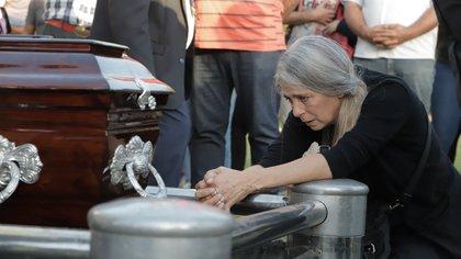 El daño hecho: la madre de Úrsula ante el féretro (Lihueel Althabe)