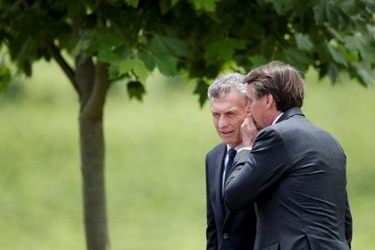 Jair Bolsonaro le susurra algo al oído a Mauricio Macri durante la última cumbre del Mercosur en Bento Goncalves (REUTERS/Ueslei Marcelino)