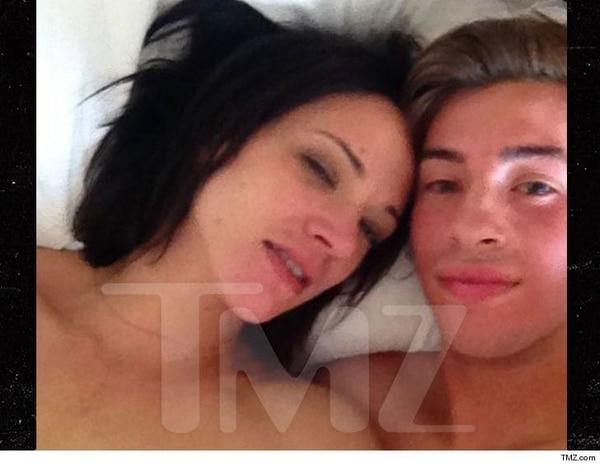 La fotografía que TMZ consiguió de manera exclusiva de Asia Argento y Jimmy Bennett en la cama del Hotel Ritz-Carlton después de haber tenido sexo. Él era menor de edad