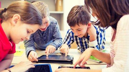 Al finalizar el colegio, los adolescentes se encuentran expuestos a más horas de pantalla que a horas de clase (IStock)