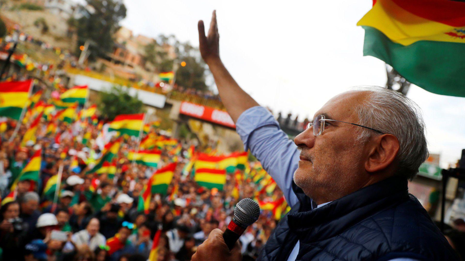 El candidato presidencial boliviano Carlos Mesa se dirige a sus partidarios durante un mitin en La Paz, Bolivia, el 28 de octubre de 2019. (REUTERS/Kai Pfaffenbach)
