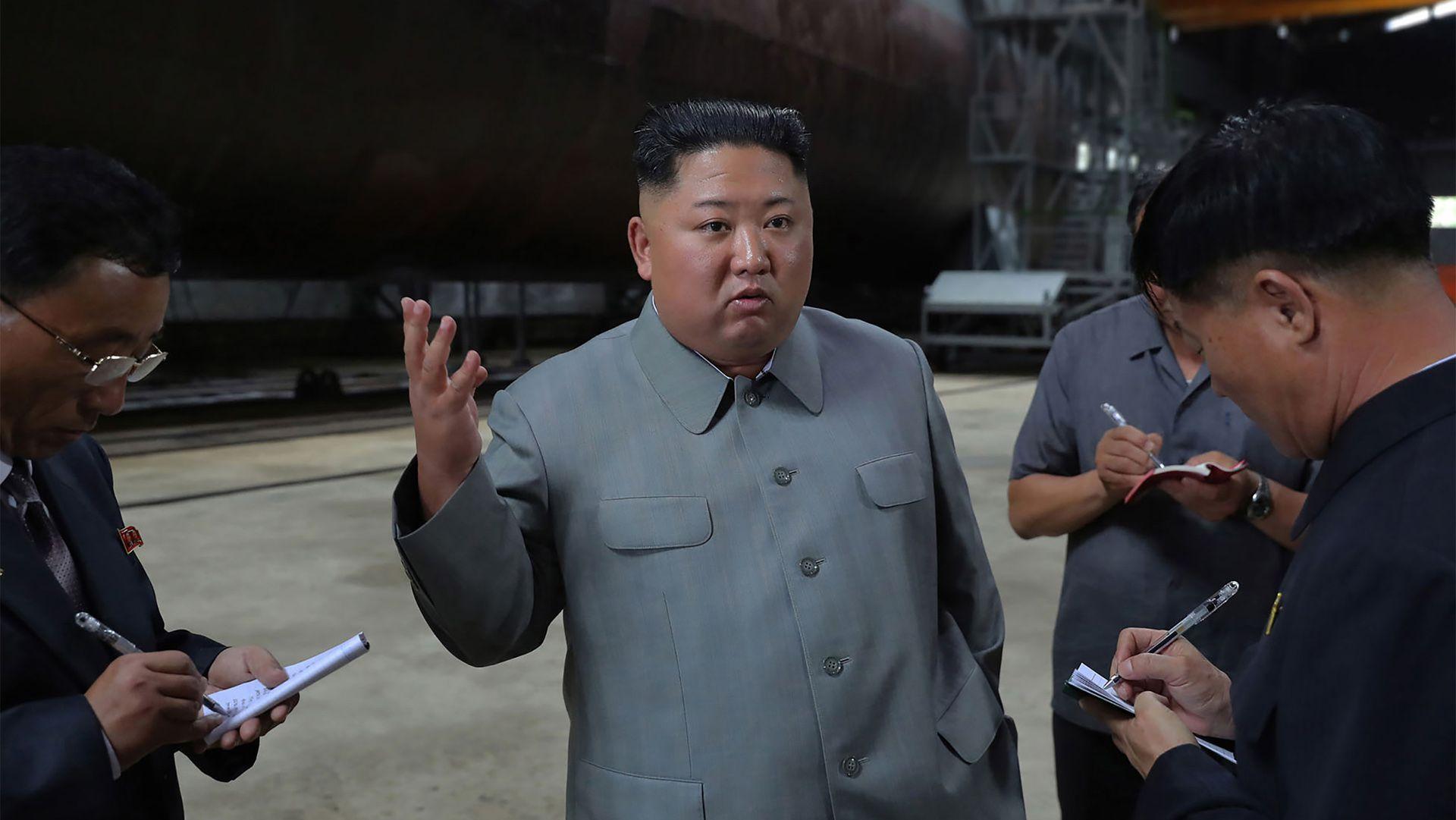 Kim Jong-un inspecciona el nuevo submarino (KCNA VIA KNS / AFP)