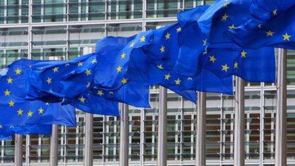 Banderas de la Unión Europea frente al Parlamento de Bruselas. El organismo está liderando los esfuerzos por regular el manejo de la información personal en redes sociales (Reuters)