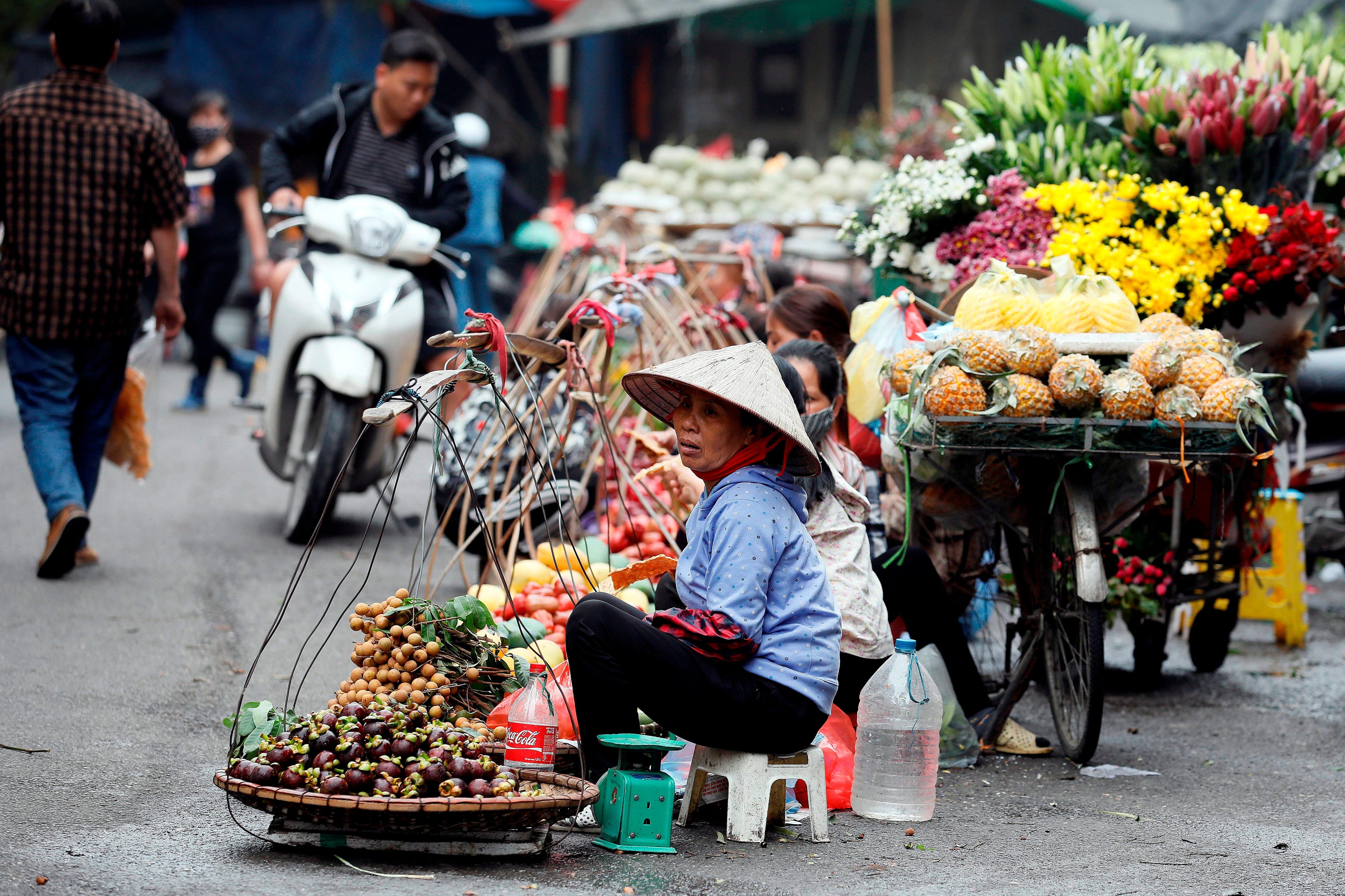 Vendedoras ambulantes en una calle en Hanoi (Vietnam). EFE/ Luong Thai Linh/Archivo