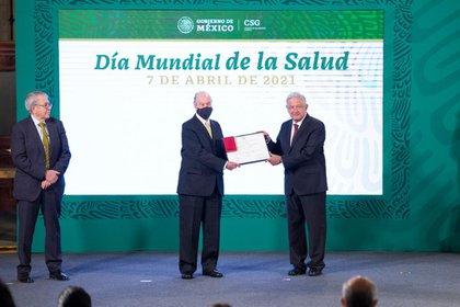 """Dr. Armando Vázquez López Guerra recibe el premio """"Doctor Ramón de la Fuente Cruz"""" (Foto: Presidencia de México)"""