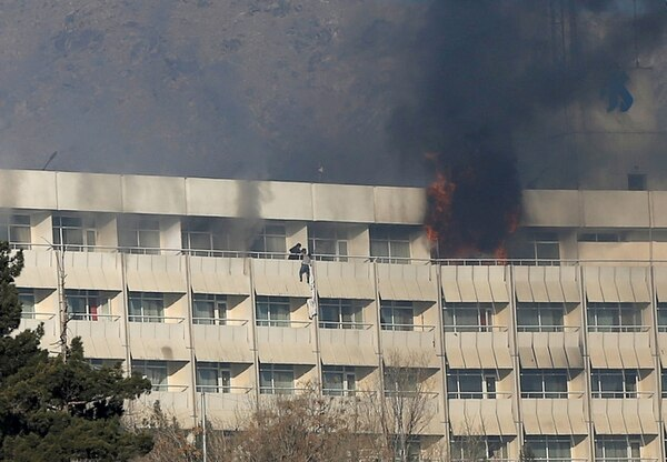 Un hombre intenta escapar por el balcón. (REUTERS/Omar Sobhani)