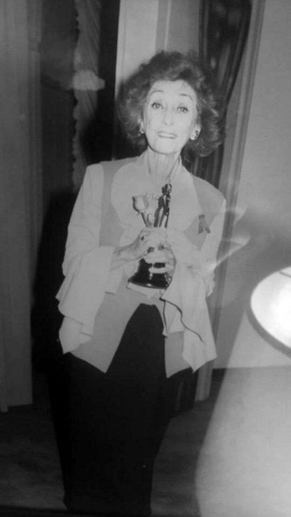 Hilda Bernard celebrando el primer Martín Fierro que ganó en su carrera