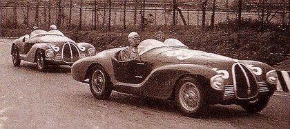 Los dos modelos cuando lideraban la carrera: ambos abandonaron por problemas en los motores.