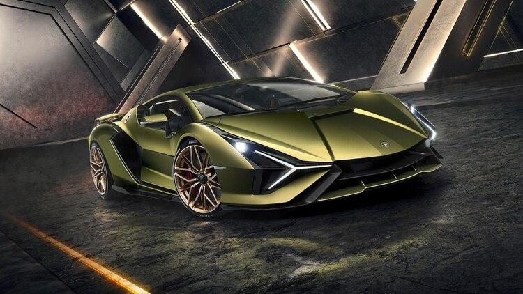 Es también el primer Lamborghini híbrido de la historia, porque tiene un segundo motor eléctrico