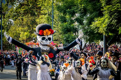 Durante las celebraciones del Día de Muertos (del 1 al 2 de noviembre) en México, los trajes de esqueletos, calaveras de azúcar y el tequila abundan en las calles y bares de todo el país en honor a los difuntos (Shutterstock)