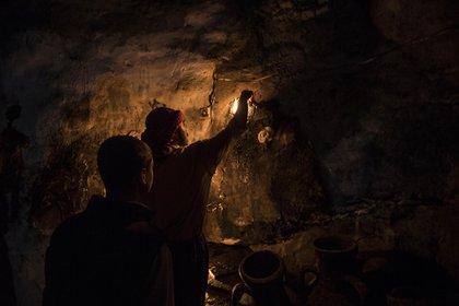 Abel es el encargado de encender las 365 velas que están repartidas por todas las naves del templo (Pablo Cobos)