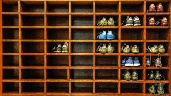 Elegantes revestimientos de madera predominan en el vestuario y en la utilería del elenco albiceleste