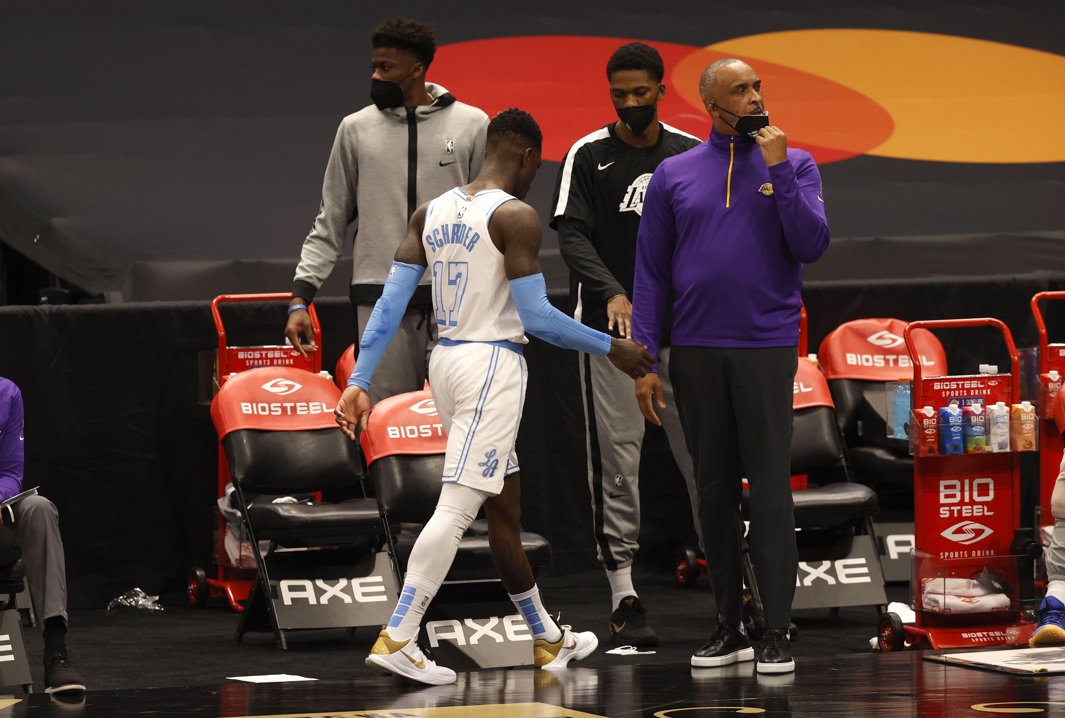 Dennis Schroder, de Los Ángeles Lakers, fue protagonista de una escandalosa pelea ante los Toronto Raptors (Mandatory Credit: Kim Klement-USA TODAY Sports)