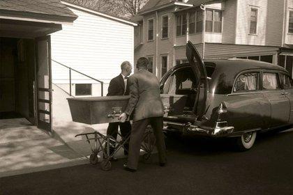 El sencillo ataúd con los restos de Albert Einstein es trasladado de una casa funeraria al crematorio de Princeton (Ralph Morse -Life Magazine- Getty)