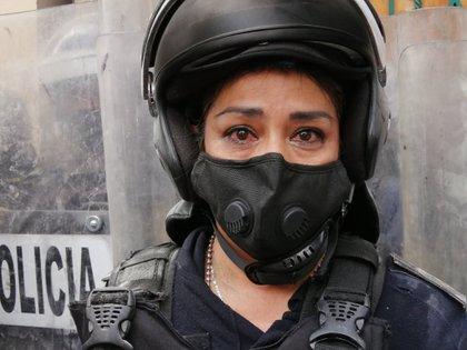 Esta fotografía recorrió las redes sociales y fue emblemática en la marcha feminista de septiembre ya que la mujer policía lloró tras escuchar el testimonio de una manifestante al narrar cómo fue abusada sexualmente y en su caso no hubo justicia (Foto: Twitter/@kenauribe)