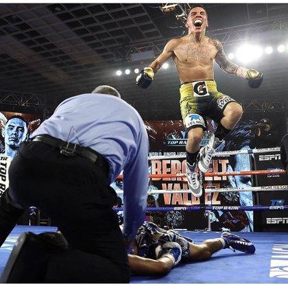 el boxeador mexicano Óscar 'King' Valdez derrotó con un impactante nocaut a su compatriota Miguel 'Alacrán' Berchel (Foto: Instagram/oscarvaldez56)