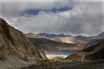 El lago Pangong Tso, cerca de la frontera entre India y China en el área de Ladakh en India, Himalaya. Allí se produjeron enfrentamientos entre ambas potencias nucleares en los últimos días de agosto (Foto AP / Manish Swarup)