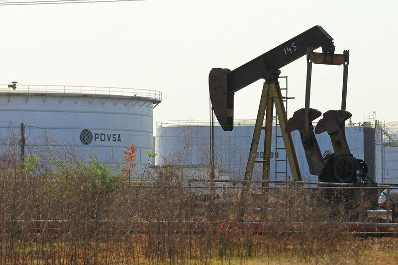 PHOTO DE FICHIER.  Une pompe à huile et un réservoir avec le logo de la compagnie pétrolière publique PDVSA sont vus dans une installation pétrolière à Lagunillas, Venezuela.  29 janvier 2019. REUTERS / Isaac Urrutia