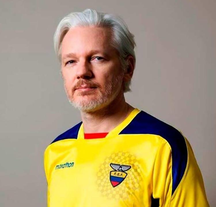 Julian Assange con la camiseta de la selección ecuatoriana de fútbol
