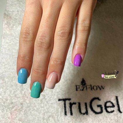 Baby boomer de colores en esculpidas by Lara Rader de Te divierto las uñas (@tediviertolasunias)