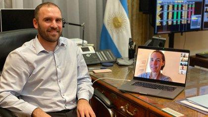 El ministro Guzmán con Jennifer O'Neil  de BlackRock, en el cierre de la negociación, la semana pasada