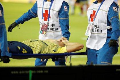 Los médicos sacan al jugador colombiano Santiago Arias tras lesionarse, durante un partido de clasificación para el Mundial de Catar 2022, entre los seleccionados de Colombia y Venezuela, en Barranquilla (Colombia). EFE/Mauricio Dueñas