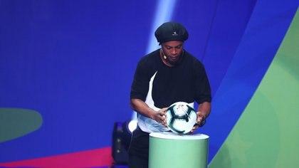 Ronaldinho presentó el balón oficial de la Copa América (Reuters)